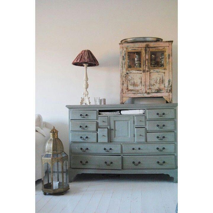 Ännu mer av vardagsrummet... Livingroom , skänk , vitrinskåp , decoration , grön , green , byrå , bali , indiska , indien , tinek