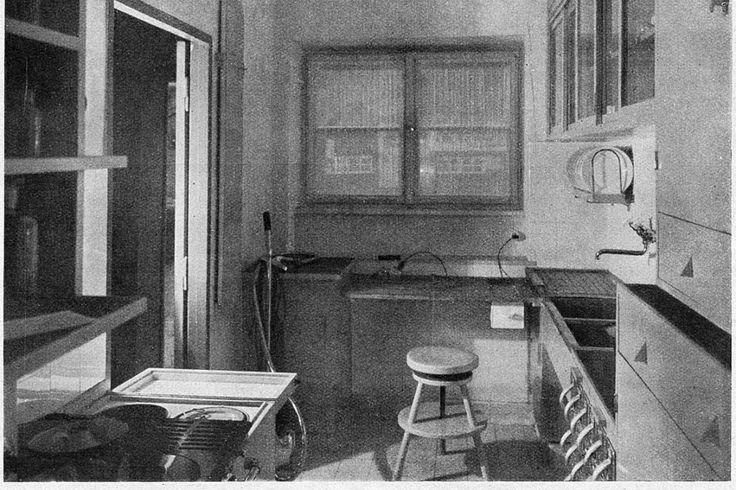 """LA CUCINA DI FRANCOFORTE  Grete Schuette-Lihotzky    Lo schema ad U, prototipo se così si vuol dire delle future cucine componibili, passa alla storia come """"cucina di Francoforte"""". Spazio di conservazione, lavoro e cottura si aprono su una finestra, elemento chiave per l'areazione e l'illuminazione giusta dell'ambiente.  Dobbiamo a questa donna ( la prima ad iscriversi alla Kunstwerberschule di Vienna), la creazione della prima cucina moderna!"""