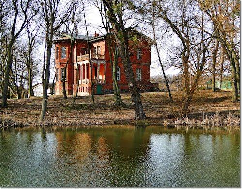 Dworek myśliwski we Wroniach wybudowany na przełomie XIX i XX wieku. Obecnie - własność prywatna.