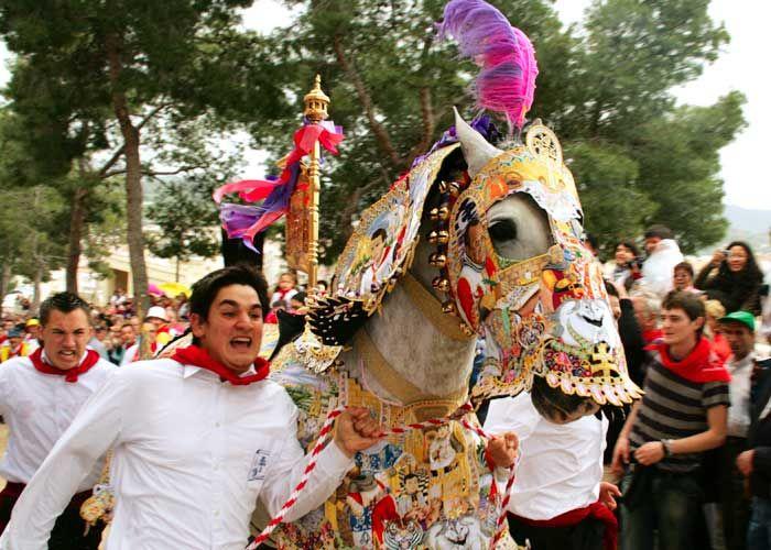 Del 1 al 5 de mayo disfruta de las Fiestas de la Santísima y Vera Cruz de #Caravaca.   Ponte el pañuelo rojo y vive la emoción de la carrera de los  Caballos del Vino.