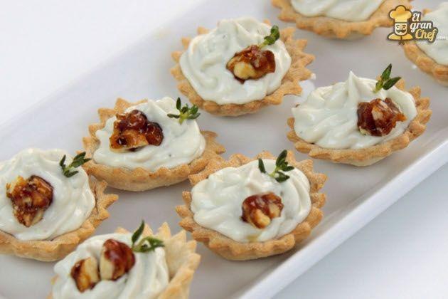 Receta: Canapé de mousse de Roquefort y nueces (ya añadiría un poco de miel por encima)