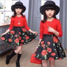 echte TE outfit, wijde bloemen rok met rood shirt, lange zwarte kousen en zwarte ballerina's