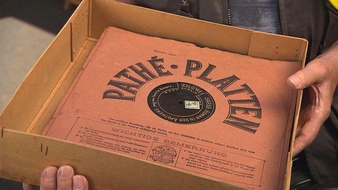 """Pathé-Schallplatten, ca. 1900, Bial & Freund, Breslau - mit einem Pathephon von innen nach außen mit einem Saphirstift, der nicht ausgewechselt werden muss, abgetastet. Gegründet wurde das Unternehmen  Pathé 1896 in Paris als """"Société Pathé Frères""""  von Charles, Émile, Théophile und Jaques Pathé. Die vier Brüder legten je 8000 Francs zusammen, um mit der Firma phonografische Geräte zu verkaufen. Sie hatten keinen Erfolg.  Wert für 11 Platten 220 €"""