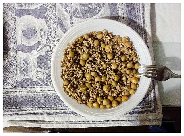 La ricetta dell'insalata di orzo e ceci è facile e veloce. Pochi ingredienti per preparare un piatto unico sano, estivo e vegano. Perfetto da gustare in estate!