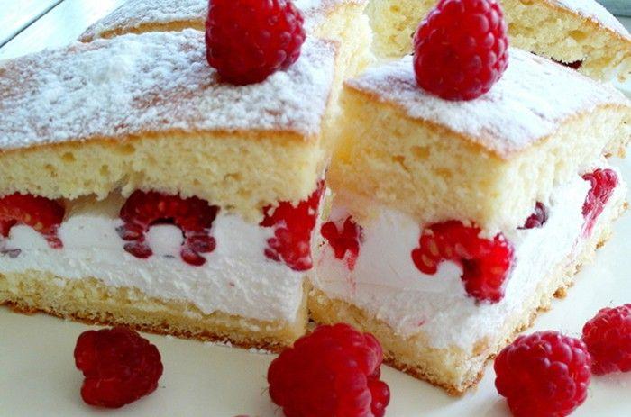 Pokud máte maliny v zahradě, tak si připravte skvělý expresní tvarohový koláč. Rychlý na přípravu, chutný a nenáročný.