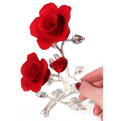 КРАСНЫЕ РОЗЫ ИЗ ФАРФОРА С БУТОНОМ, ПОСЕРЕБРЕНИЕ  Эта композиция красных роз из фарфора прекрасно дополнит интерьер весной и праздником. Подарите такую композицию, девушке или женщине, и она точно будет знать, насколько ценна ее женская прелесть и красота. Ведь красные розы всегда были символом восхищения и положительного отношения. Розочки изготовлены из фарфора. Листки и стебель - посеребрение. Розы упакованы в красивую подарочную коробочку.  #vip #vippodarki #подаркоффру…