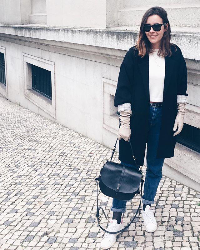 """Fiz uma batota e passei para o day 5 do #WWWwinter30 (com este tempo impensável pegar num dos meus dois vestidos de Verão, que são brancos, btw ). Então hoje era usar uma peça """"vintage"""" que já não usávamos há muito tempo. Adivinham qual é?  And a big thank you to @whowhatwear for """"regraming me"""" on their Instagram."""