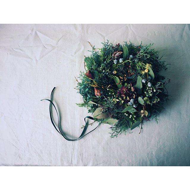 紫陽花のある聖夜のリース 豊かにふっくら。 ユーカリグロボラスは 帽子をはずして開花も。 はずれた帽子も可愛い。 #ナチュラル#モミの木 #針葉樹  #ナチュラルリース#リース#秋色アジサイ  #クリスマスリース #聖夜 #ユーカリの実  #ユーカリグロボラス #kinfolklife #christmaswreath #christmas #christmaseve #natur #naturalwreath #eucalyptus #click_vision #still_life_gallery