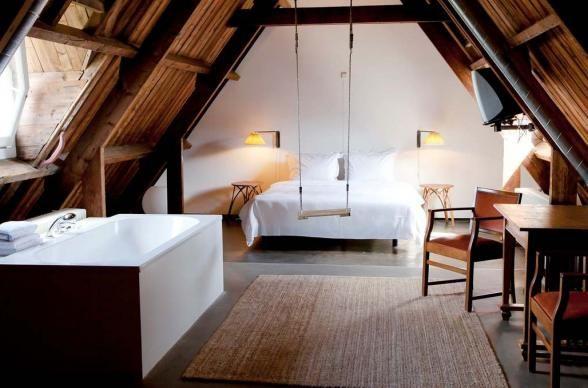 Hotelowy pokój na podaszu, z wanna i huśtawką!