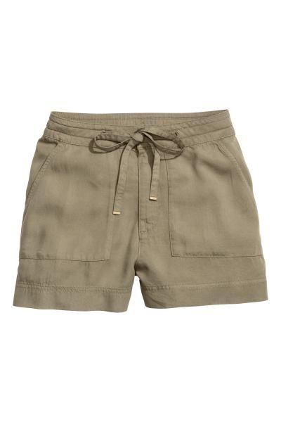 Short van lyocell: CONSCIOUS. Een korte short van zacht Tencel® lyocell. De short heeft een trekkoord en een haak-en-oogsluiting in de taille, opgestikte zakken en achterzakken met paspel.