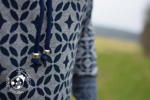"""Jacquard-Strick-Jersey """"Oujda"""" kombiniert mit der Kordel """"Nanni"""" und Perlen in silber genäht wurde ein Hoodiekleid """"Nadal"""" - Hoodie-Kleid - Damen - Curvy - Mollige - Nähen - Schnittmuster - Pulli - PiexSu Schnittmuster PiexSu Nadal Das Hoodiekleid Nadal wird mit Magyrärmeln und einem Schalkragen oder einer Kapuze genäht. Durch die spezielle Form des Ärmels kann dieser im Bruch zugeschnitten und trotzdem flach eingenäht werden. Ein Magyarärmel ist eine Mischung aus einem Raglanärmel und einem…"""