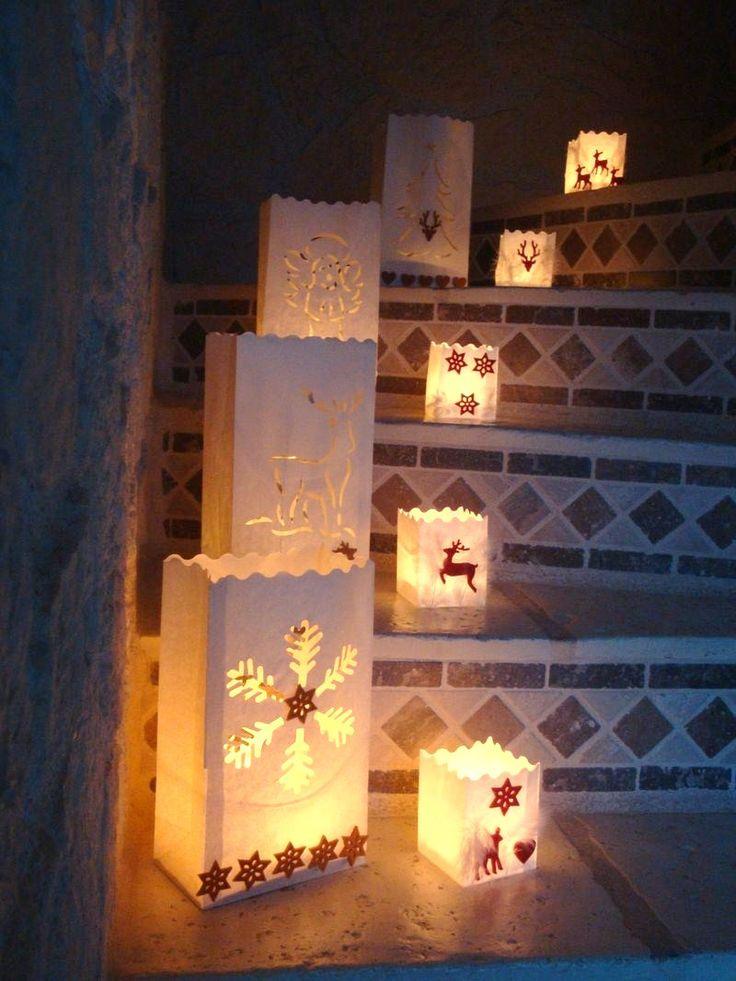 Luminaria  Les luminarias peuvent être utilisés tels quels ou décorés, sur une fenêtre, le long d'un chemin, sur des escaliers : ils seront porteurs de la lumière de Noël.  Retrouvez dans notre boutique la gamme de luminaria, les ornements en feutrine, les rubans, les plumes, le pistolet à colle et les recharges