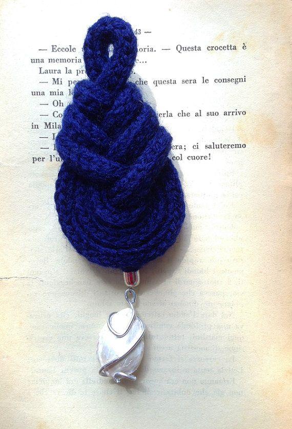 Nodo pipa blu con ciondolo bianco. Blue pipa knot with white pendant.