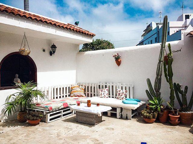 Witajcie w Casa Antonia! (nareszcie :P) Oto przedstawimy Wam nasz guest house, który udało nam się otworzyć na Tenerife ;) LINK W BIO‼️ A całą naszą historię, od zera do tegoż właśnie domu, wszelkie sukcesy, porażki, problemy i trudności, a także zasady funkcjonowania takiego biznesu na Teneryfie - już jutro w poście  (o tej samej porze ☺️) PS sofa z palet DIY by @miniomki ❤️ #CasaAntonia #Tenerife #Canarias #CanaryIsland #canarianhouse #home #terrace #homedecor #diy #interior #guesthouse...