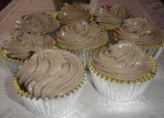 Κεκάκια με φανταστικό frosting μπισκότου! Υλικα για τα κεκακια περιπου 20 τεμαχια βαλτε σε δυο φορμες με υποδοχες χαρτακια για μικρα κεκακια κι αφηστε τις στην ακρη ενα πακετο μπισκοτα oreo (154 gr) 1 κουπα αλευρι για ολες τις