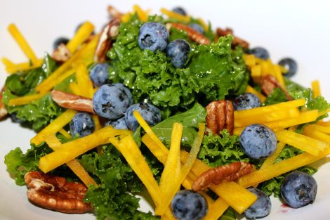 Simple, fresh, quick and light. Golden beet and blueberry salad. Gouden biet en blauwe bessen salade
