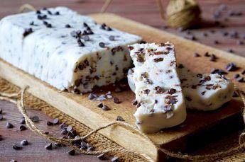Il Semifreddo al Cioccolato e Ricotta è un dolce senza cottura perfetto in qualunque occasione e facilissimo da realizzare. Ci serviranno solamente 3 ingredienti: Ricotta, Zucchero a Velo e Gocce di Cioccolato, e zero macchinari ma solo una ciotola capiente ed un cucchiaio da cucina. Possiamo personalizzare il Semifreddo al Cioccolato e Ricotta aggiungendo ingredienti [...]