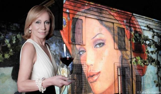 Grazie LIDIA COSTANTINI for sharing the beautiful photo of Marilisa Allegrini with the back drop of master artist Milo Manara's fabulous  #LaGrola special edition #wine label projected onto Villa Della Torre.  Stunning.