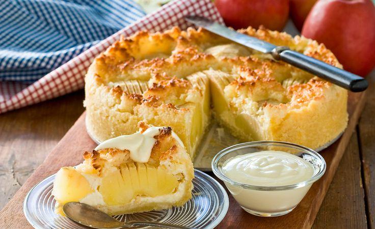 En härlig äppelkaka på mördegsbotten med krämig vaniljfyllning och krispig kokostopping. Äpplena kan bytas ut mot päron.