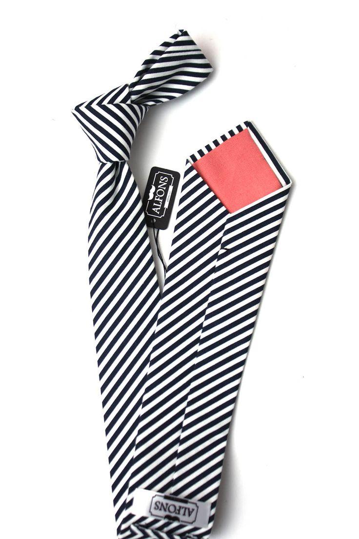 Modro bílá pánská kravata s proužky z tmavé námořnické navy modré je velmi kontrastní kravata. Délka je 150 cm a šířka 7 cm, 100% bavlna. Cena 850 Kč.