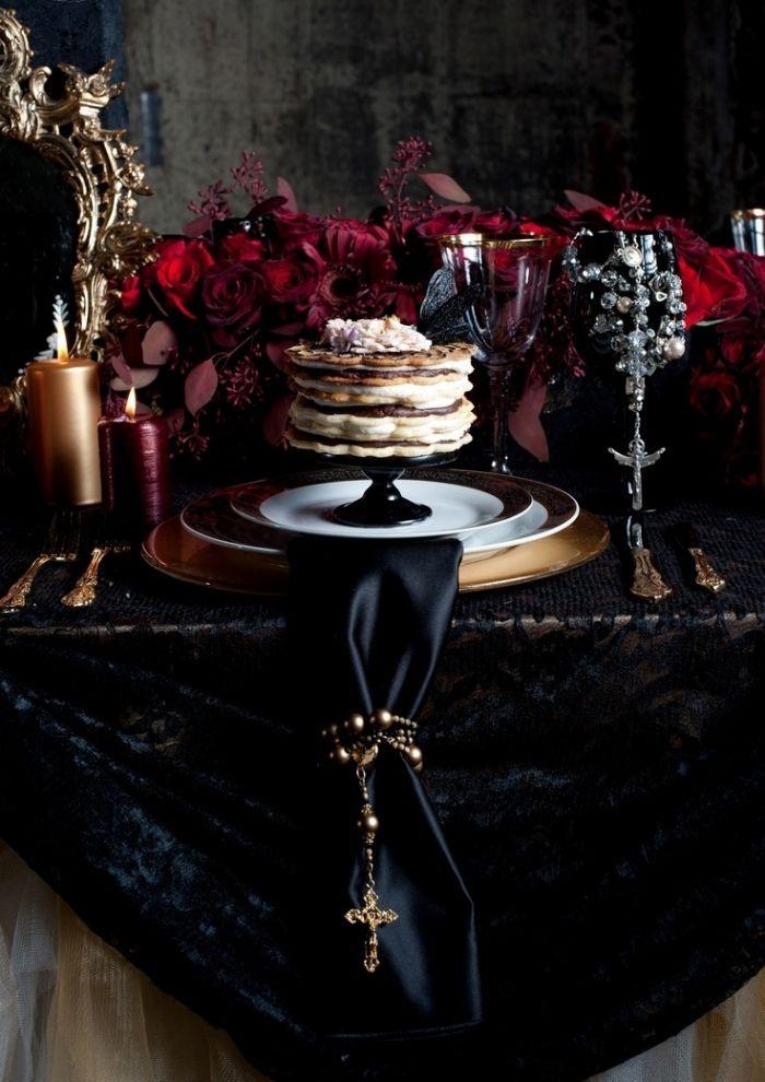 Vampir-Hochzeit-festlich dekorierte Desserttische-dramatisches Ambiente-Samtdecke und seidiger Tischläufer