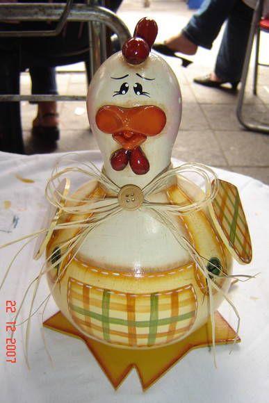 Galo e galinha feitas de cabaça, madeira e biscuit.  http://www.elo7.com.br/ateliermeninaflor