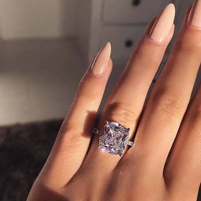Картинки кольцо с бриллиантом на пальце