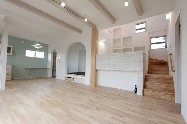 リビング階段でも、リビング入ってすぐだと動線的に良さそう。 中二階スペースはアクセントタイルが素敵。 WEB内覧会♡ その⑤ リビング。 | ☆.。.:*・゚ 北欧風ナチュラルな家づくり .。.:*・゚☆