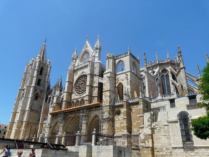 Fachada sur de la catedral de León, Camino de Santiago