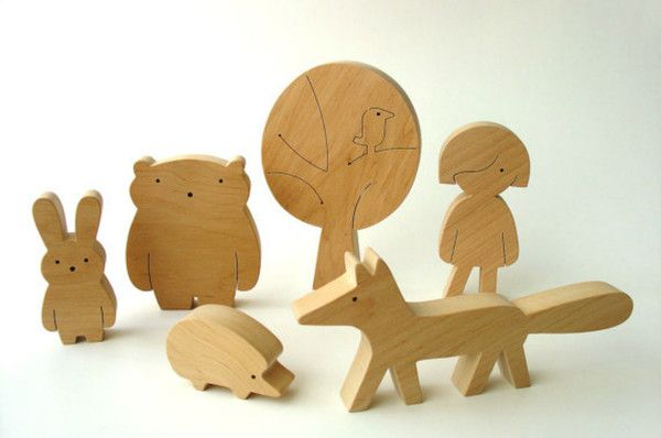 Bedårande träfigurer som blir både finaste prydnaden - och leksakerna! Varje set innehåller en pojke eller flicka tillsammans med sina söta skogsvänner, räven, haren, igelkottten och björnen. Dessutom kommer deras egna favoritträd också med! Figurerna är handgjorda i Litauen av finaste alträ och helt obehandlade. Eftersom de är gjorda för hand, kan små, små variationer förekomma. En perfekt julklapp eller present! SLUT! ÅTER I JAN.• Välj mellan set med flicka eller pojke.• Barn, 9,5 cm högt…