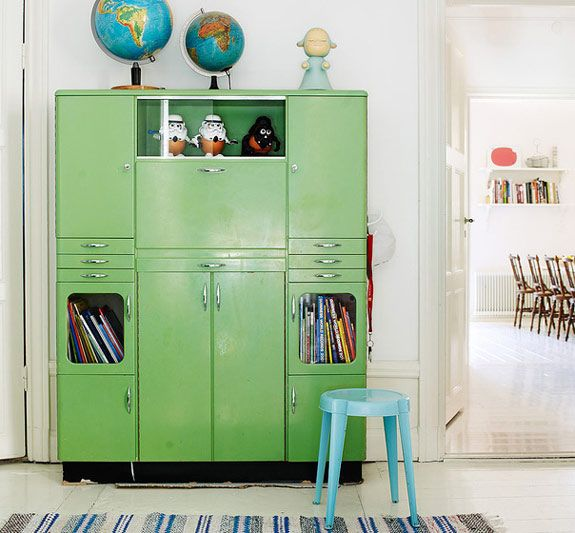 Like this green cupboard and the globes on top of it :) Perhaps an idea for the spare bedroom...
