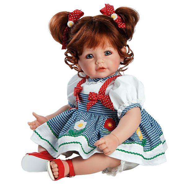 Daisy Delight está lista para pasar una tarde de juegos en el parque. Con su vestidito de algodón blanco adornado con apliques de margarita de colores y lunares blancos causará sensación por donde pase. ¿Quieres ser tú su compañera de juegos? ¡Es pura felicidad! Desatará en ti una sonrisa y disfrutarás achuchándola. Te está esperando. #Dolls #Doll #Bonecas #Poupées #Bambole #AdoraDolls #Adora #MuñecasAdora #muñeca #muñecas #DaisyDelight #DollsOnline #PuppenOnline
