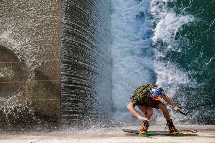 O atleta Dominik Hernler praticando Wake Board em Salzburgo, Áustria. A foto está inscrita na categoria 'Masterpiece'.