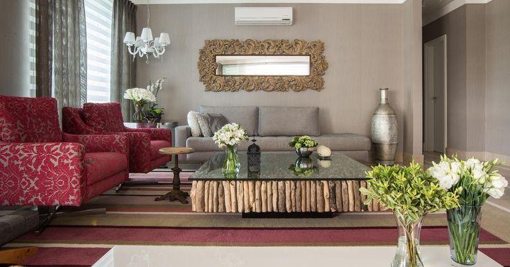 Sala de estar com mesa de centro de madeira de Reflorestamento