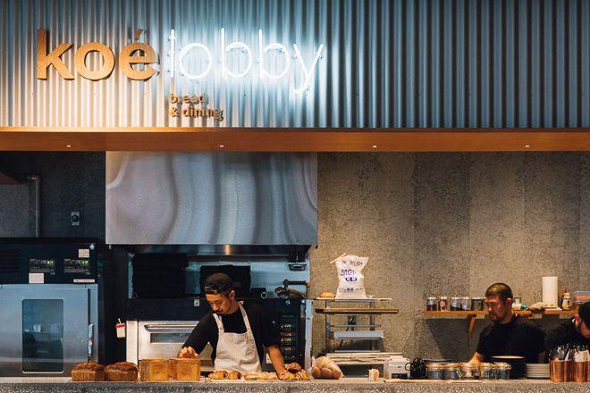 """渋谷公園通りに、ライフスタイルとカルチャーの新スポット「ホテル コエ トーキョー(hotel koe tokyo)」が2月9日にオープンします。運営は、アパレル事業を主軸とするストライプインターナショナル。ライフスタイルブランド「コエ(koe)」のグローバル旗艦店という位置付けですが、ファッションだけではなく音楽が楽しめるイベントスペースや、東京フードがミックスしたブレッド&ダイニング、そして同社初となるホテルを併設。夜間の無人店舗、キャッシュレスの「スマートレジ」、モバイルオーダーシステムを導入するなど、""""衣食住+文化のニューリテール""""が体現されています。さまざまなクリエーターが携わっているデザイン性も見どころ。オープンに先駆けて、その内部をレポートします。"""