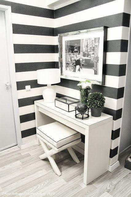""""""" A forma mais rápida e eficaz de decorar um hall de entrada, é usar papel de parede."""" [Ana Antunes]"""
