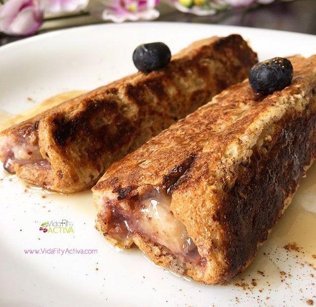 Tostadas francesas roll up: 1 huevo, 3 claras, 3 cucharas de leche de almendras o leche baja en grasa, canela. Se mezclan los ingredientes en un recipiente, aplanamos las tajadas de pan multi cereal o integral, untamos las rebanadas con un poco de mermelada de fresa sin azúcar, le agregamos un poco de banano picado, envolvemos y sofreímos a la plancha ligeramente en poca grasa