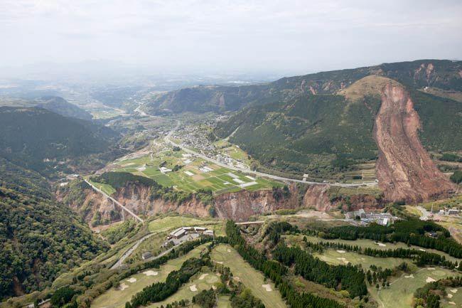 山肌が崩れた熊本県南阿蘇村。左奥は立野地区…:熊本県で震度7の地震 写真特集:時事ドットコム