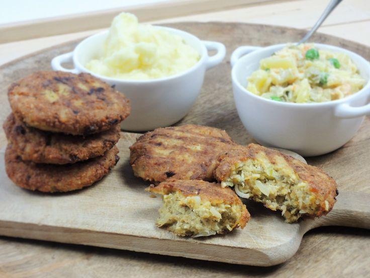 Výborně ochucené karbanátky z bylinkového tofu a marinovaného tempehu chutnají s jemnou bramborovou kaší, ale i s bramborovým salátem.