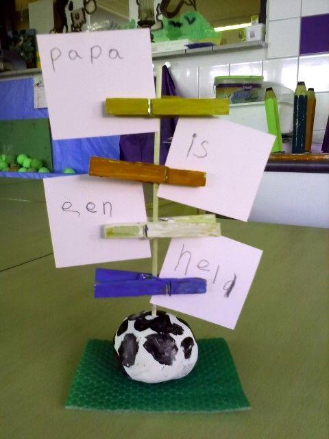 Vaderdagcadeautje met voetbaltintje. Van klei een bolletje maken met een satéprikker erin. Als de klei droog is verven de kinderen de bal. Wasknijpers in oranje, rood, wit en blauw. Grasmatje eronder. Kinderen schrijven tekst op papiertjes en de memohouder is klaar.