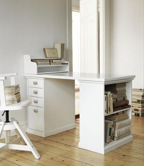Biurko Klimpen, marki IKEA ma półkę w jednej z nóg oraz nadstawkę na dokumenty. Fot. IKEA