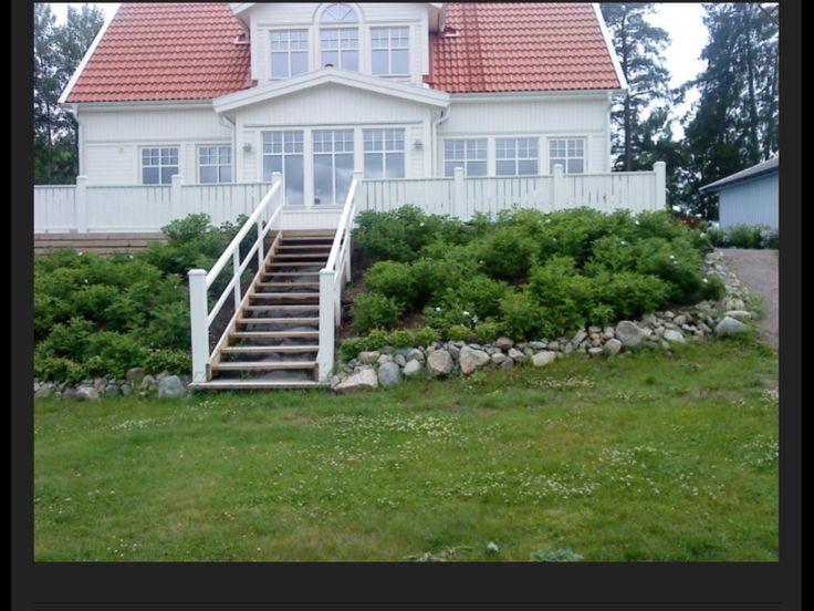 Altan med trappa ner i trädgården