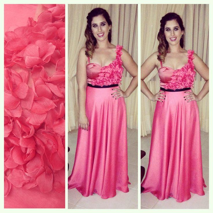 Vestido en tono coral combinado con flores en 3d