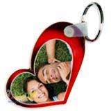 Portachiavi a forma di cuore stilizzato con sfondo rosso con al centro la tua foto preferita o due foto, una fronte e una retro!