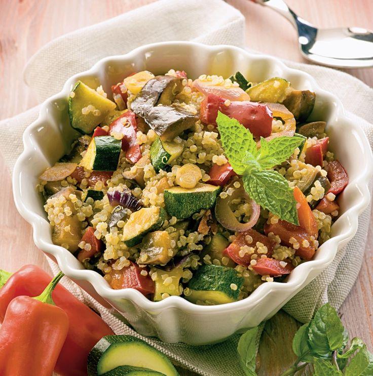 Învaţă să prepari o salată de quinoa delicioasă.  Mod de preparare: 1. Într-un vas mare cu apa clocotita cu sare se pun la fiert boabele de quinoa. Se lasa 15 minute, timp în care boabele îsi vor mari volumul de patru ori. Apoi, odata fierte, boabele se trec sub un jet de apa rece …