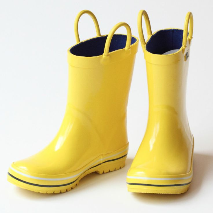 These rain boots for boys by Pluie Pluie come in a cheery yellow color and contrasting white and black trims for stylish measure. Your boy will not be able to resist and will readily go puddle jumping