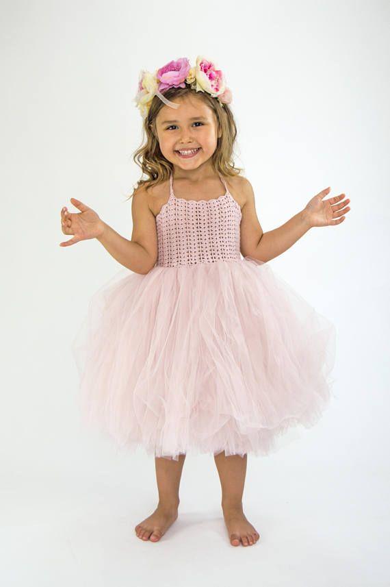 Pallido polvere rosa Halter Tutu vestito. Flower Girl Dress Tulle con corpetto in pizzo elasticizzato Crochet