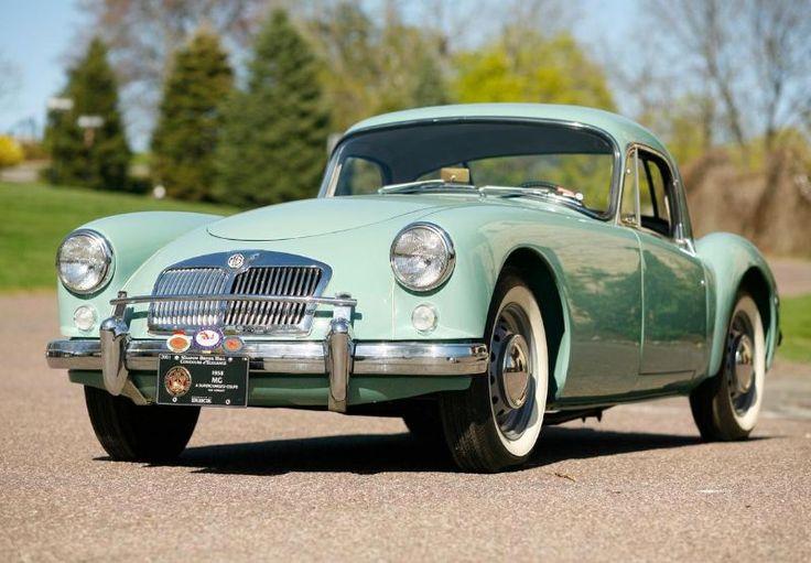 ¡Qué pieza tan delicada para un automóvil de la época! Le queda bien el verde agua al UK 1958 MG MGA Coupe