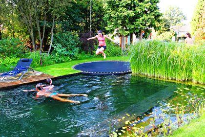 Met een aanloopje kunnen de kinderen zo in het water plonzen.
