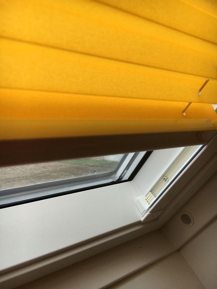 LUXAFLEX PLISSEE für Dachfenster! #Luxaflex #Germanina #Sonnenschutz #Sichtschutz #Plissee #gelb #Dachfenster #Dachflächenfenster #Behang #Einrichtungsidee #Einrichtungstip #Deko #Design #Fenster #Rademann #Kiel #Raumausstatter